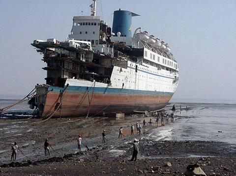Smantellamento nave da crociera ad Alang (India)